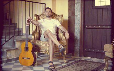 """""""Στον ίσκιο"""" του δέντρου της μουσικής: συνέντευξη με τον Απόστολο Γουγουλάκη"""